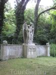 Вот такие красивые надгробия встречались на кладбище.