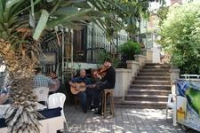 """Уличный оркестрик возле кафе """"Не горюй!"""""""