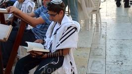 Днём и ночью и евреи и просто верующие приходит к этой стене, названной «Стеной Плача», чтобы оплакивать разрушенный храм и взывать к Всевышнему о возрождении ...