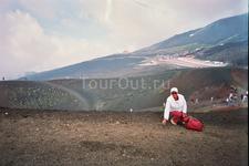 Собираю кусочки лавы и пемзы у кратера