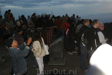 много желающих встретить рассвет с видом на вулкан Бромо