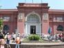 С другой стороны (правильной) фасад каирского музея - с золотой маской Тута