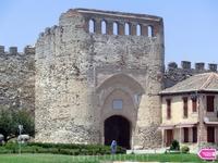 От средневековых стен, окружавших поселение Кока, осталась всего 200-ти метровая стена и одни из трех ворот, которые вели в город. Эти ворота называются воротами Сеговии (puerta de Segovia o Arco de l