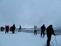 На горизонте - прояснение. И группа лыжников, которая готовилась к спуску