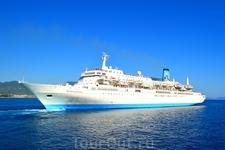 морской круизный лайнер подходит к порту Алании