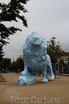 На Сталинградской площади стоит скульптура голубого льва. Если занять правильный ракурс, лев должен сливаться с голубым небом.Мы этого к сожалению не увидели ...