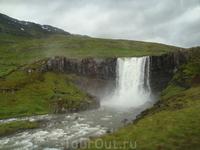 Отправляемся в порт Сейдисфьордюр. По дороге нас провожают не такие значительные как Детифосс или Скоугарфосс водопады, но не менее привлекательные...