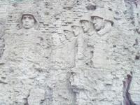 На стенах высечены сцены боев,клятвы выстоять в войне...Можно очень долго разглядывать,мысленно перенестись в то страшное время помогают и военные песни ...