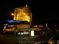 Вид на отель в вечернее время