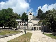 А это непосредственно сам - знаменитый Цетиньский монастырь. В нем хранится десница Святого Иоанна Крестителя.