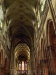 Главный неф собора.  Готический кафедральный собор св.Вита заложил император Карл IV по случаю повышения пражского епископства на архиепископство в 1344 ...