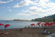 Почти все пляжи в Будве галечные, песок видели только на одном пляже. Зонты и лежаки плато по 2 евро каждый