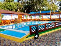 Фишка комплекса Хуторок - это бассейн. Всегда чистый, вокруг лежаки и столики.