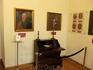 еще одна комната с портретами Радзивиллов. Радзивиллы владели этим замком до 1813 года, потом он был конфискован в казну. Один из Радзивиллов воевал на ...