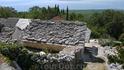 Село Баст. Остатки древней далматинской архитектуры. Каменные плиты крыши служили источником накопления солнечной энергии (древние солнечные батареи)