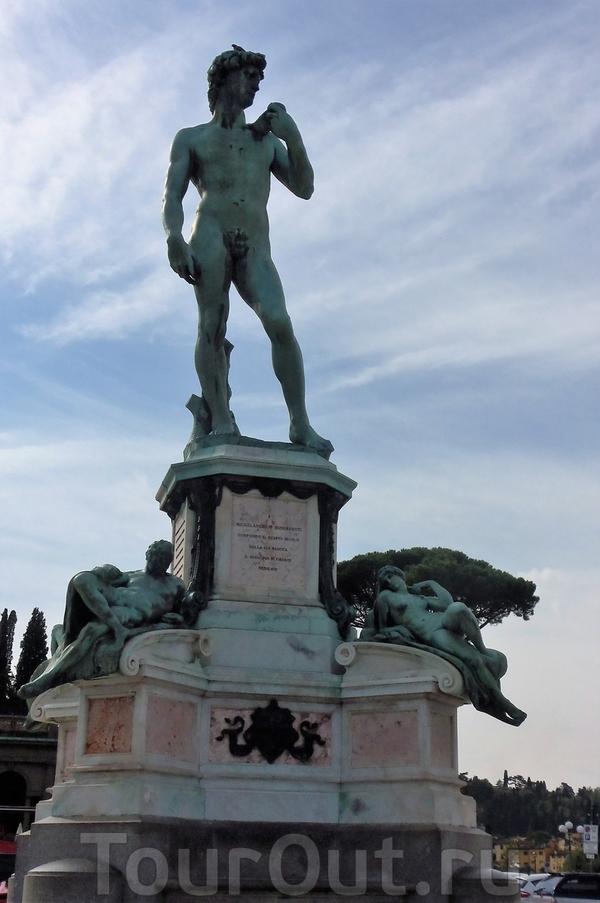 Бронзовый Давид на площади Микеланджело.