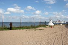 а это я так поняла пляж при тюрьме. Для бывших зеков и нынешних туристов. Тут же кафе и лежаки