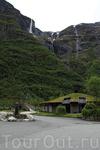 Этот домик для туристов... а рядом ресторан и сувенирный магазин... (Гудванген)