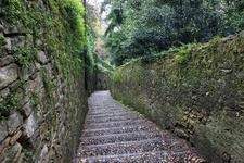 В старый город можно подняться на фуникулере, билет в один конец около 1 евро, а можно по лестнице, которая находится слева от фуникулера