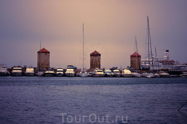 Три ветряные мельницы на на молу гавани Мандраки