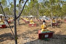 многочисленные фигурки Будды