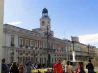 Мы вышли на Plaza del Sol и сразу окунулись в водоворот шумного центра Мадрида. У фонтана тусуется молодежь, у символа Мадрида - медведя с земляничным ...