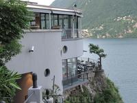 Ресторан на обрыве скалы прямо на берегу озера