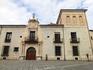 El Palacio del Conde de Gondomar больше известный как Casa del Sol (дом Солнца) был построен в 1540 году. Сейчас там размещается Национальный музей репродукций ...