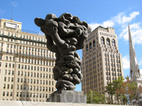 Муниципальная Площадь. Cкульптура представляет собой сплетение людей. Причем это семья - отец, мать и сын. Все они держат знамя Филадельфии))