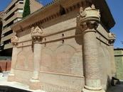 А вот это место довольно оригинальное. Называется La capilla de Luis de Lucena, капелла, где похоронен испанский гуманист, медик и писатель Luis de Lucena ...