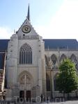 Левен. Центральный  вход  в церковь Святого  Петра.
