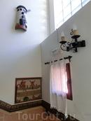 Дом оформлен в таком деревенском стиле, с массивными коваными подсвечниками, ткаными ковриками. Здесь чисто и очень уютно.
