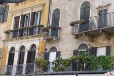 Верона.  Площадь делла Эрбе. Дом Маццанти известен своими  фресками  на  мифологические темы ,украшающие  фасад дома.