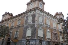 В Валенсии есть не только самый узкий, но и самый красивый в мире дом.