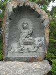В саду очень много скульптур Будды в разных видах