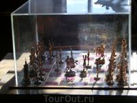"""В """"Ореховой"""" гостиной, служившая парадным кабинетом для приема особо важных гостей сидел в креслах и играл в шахматы Пётр I."""