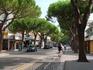Главная улица Лидо ди Езоло. Днем здесь ездят машины и велосипедисты, вечером - большой променад и шоппинг)