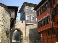 Ворота в Старый город. По всему периметру крепостной стены строились здания, фундаментом которых являлась сама стена. Для экономии стредств:)))