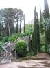 Небольшой сад. Очень живописное место, наверху виднеется задняя стена собора