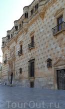 Пройдя немного вперед, мы оказались перед следующим пунктом нашего тура по городу - это оказалась самая главная достопримечательность Гвадалахары, дворец de los Duques del Infantado (герцогов Инфатадо). Да, дворец, конечно, настоящая жемчужина, выстроенная гениальным архитектором Хуаном Гуасом (замок Manzanares el Real, Colegio de San Gregorio в Вальядолиде и красавец-кафедральный Собор Сеговии).