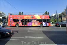 На улице был замечен вот такой веселый автобус, который ездит по обзорным экскурсиям и в Афинах, как и во всех европейских столицах.