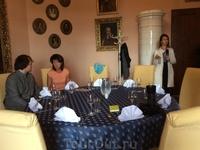 После экскурсии нас пригласили в одну из комнат замка на прекрасный обед