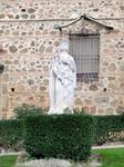 Только белая мраморная статуя у входа в ворота дворца напоминает об истории, которая якобы произошла в этих стенах Говорят, что вестготский король Дон ...