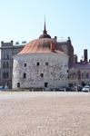 Один из бастионов, вынесенных за пределы замка - Круглая башня, более известна как Толстая Катерина