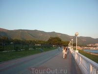 Вид с набережной на горы