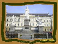 Памятник княгине Ольге, бабушке князя Владимира. Она сыграла большую роль в выборе христианской веры на Руси.