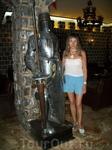 С рыцарем  в магазине сувениров из толедской стали