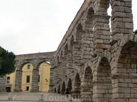 Сеговийский акведук - моя нежная архитектурная привязанность. Это произведение древнеримских строителей, созданное без цемента и бетона, поражает своей красотой.