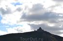 Строительство на горе для Грузии традиционно: считается, что люди должны потрудиться ради Господа и подняться к храму пешком — этот обычай сохраняется ...
