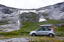 Далее дорога идет в долине реки Aura, на высоте около 900 м. С обеих сторон – горные хребты со снежниками и водопадами.